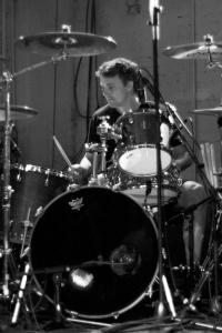 Aaron_Harris,_B&W,_Drums_—_Isis_@_Wagenhallen,_Stuttgart,_2009-07-09