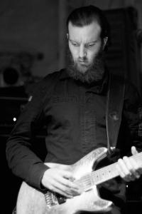 Aaron_Turner,_B&W,_Guitar_—_Isis_@_Wagenhallen,_Stuttgart,_2009-07-09